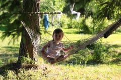 Meisje in de zomer van de hangmataard Royalty-vrije Stock Afbeelding