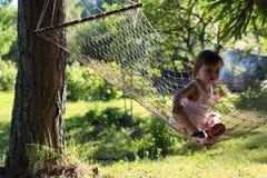 Meisje in de zomer van de hangmataard Royalty-vrije Stock Afbeeldingen
