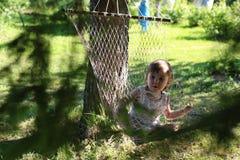 Meisje in de zomer van de hangmataard Royalty-vrije Stock Foto's