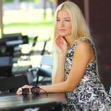 Meisje in de zomerkoffie Stock Foto