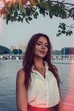 Meisje in de zomerpark Stock Foto