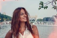 Meisje in de zomerpark Royalty-vrije Stock Afbeelding