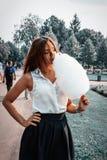 Meisje in de zomerpark Stock Foto's