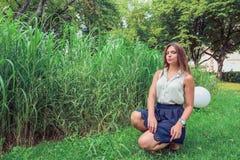 Meisje in de zomerpark Stock Afbeeldingen