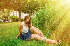 Meisje in de zomerpark Stock Fotografie