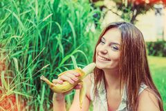 Meisje in de zomerpark Stock Afbeelding