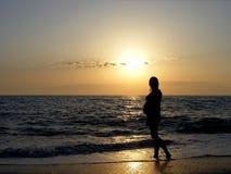 Meisje in de zonsondergang Stock Foto
