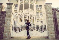 Meisje in de zwarte kleding, de herfsttijd in de stad Stock Foto's