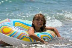 Meisje in de zwemmende cirkel (01) Stock Afbeelding