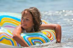 Meisje in de zwemmende cirkel (02) Stock Foto's