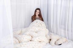 Meisje in dekens wordt verpakt die Stock Afbeeldingen