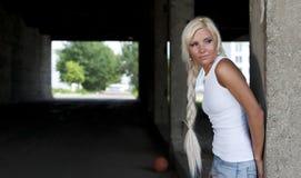 Meisje in denimborrels en witte T-shirt Stock Afbeelding