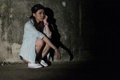 Meisje in depressie, zorg, wanhoop, ontmoediging, wanhoop Stock Afbeeldingen