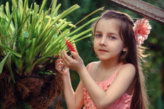 Meisje dichtbij bloem Stock Fotografie