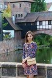 Meisje dichtbij brug in Nurnberg (Nuremberg) Royalty-vrije Stock Afbeelding