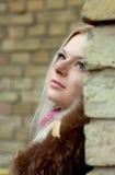 Meisje dichtbij de bakstenen muur Royalty-vrije Stock Foto's