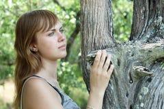 Meisje dichtbij de boom in park Stock Foto's