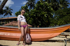 Meisje dichtbij de boot Stock Foto's