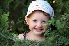 Meisje dichtbij de cipres Stock Fotografie
