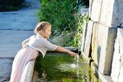 Meisje dichtbij de fontein Stock Afbeeldingen