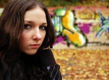 Meisje dichtbij de graffitimuur Royalty-vrije Stock Foto