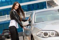 Meisje dichtbij de nieuwe auto Stock Afbeelding
