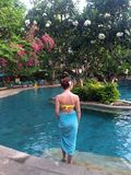 Meisje dichtbij de pool Royalty-vrije Stock Foto