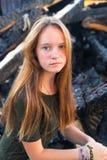 Meisje dichtbij de steenkolen van de vuurzee op de achtergrond royalty-vrije stock foto's