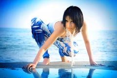 Meisje dichtbij het water in de uitdrukking Stock Foto's