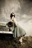 Meisje dichtbij oude auto Stock Fotografie