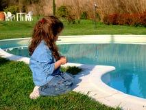 Meisje dichtbij pool Royalty-vrije Stock Afbeelding