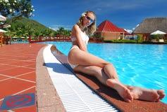 Meisje dichtbij pool Stock Fotografie