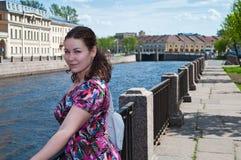 Meisje dichtbij stadskanaal Stock Afbeelding