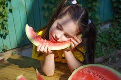 Meisje die één slееping de plak van watermeloen Royalty-vrije Stock Foto