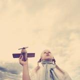 Meisje die aan de hemel kijken - toekomstig concept Stock Foto