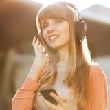 Meisje die aan MP3 speler luisteren Stock Afbeeldingen
