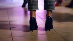 Meisje die aan muziek bij een partij dansen Vrouwelijke benen stock video