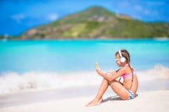 Meisje die aan muziek op hoofdtelefoons op Caraïbisch strand luisteren Royalty-vrije Stock Foto's