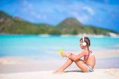 Meisje die aan muziek op hoofdtelefoons op het strand luisteren Royalty-vrije Stock Foto