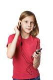 Meisje die aan muziek op uw telefoon luisteren Royalty-vrije Stock Afbeelding