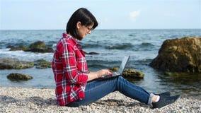 Meisje die aan strand werken stock videobeelden