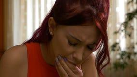 Meisje die aan tandpijn wat betreft besmette tanden lijden die de wang drukken stock footage