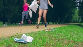 Meisje die afval opnemen die het plogging doen stock video