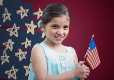 Meisje die Amerikaanse vlag houden tegen kastanjebruine achtergrond met hand getrokken sterpatroon Stock Afbeeldingen