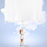 Meisje die banner trekken stock afbeeldingen