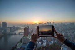 Meisje die beeld van Tokyo met tablet nemen royalty-vrije stock afbeelding