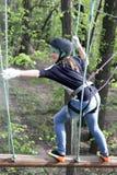 Meisje die bij avonturenpark beklimmen stock foto's