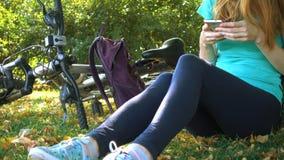Meisje die bij het park rusten stock video