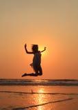 Meisje die bij het strand springen Royalty-vrije Stock Foto's