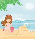Meisje die bij tropisch strand zandkasteel maken Royalty-vrije Stock Foto